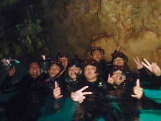 シュノーケリングチームは青の洞窟水面で記念撮影しましょう!!