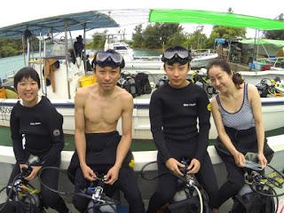 体験ダイビングにご参加の4名様。