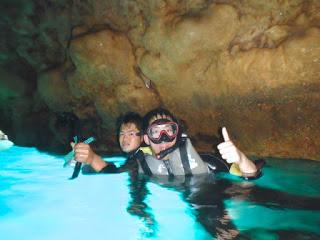 体験シュノーケリング青の洞窟にてハイチーズ