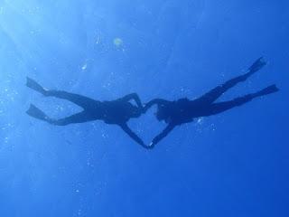 水中にてシルエット写真 ハイチーズ