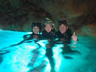 仲良し親子でハイチーズ 青の洞窟にて