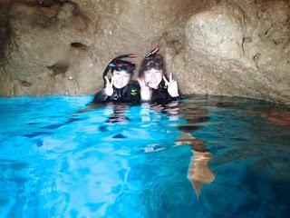 青の洞窟の水面のブルーバックに記念撮影!! 今日も神秘的で最高のブルーを見る事が出来ました♪